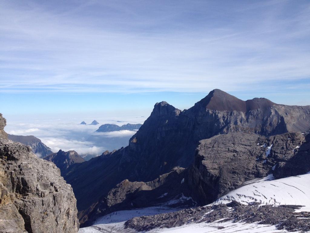Der stolze Uri Rotstock. Wer erkennt die beiden kleinen Schwyzer Spitzen, die aus dem Nebel ragen?