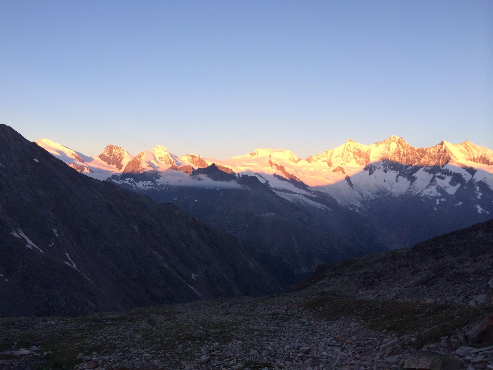 Die Blick von der Hütte zur Mischabelgruppe im Morgenrot