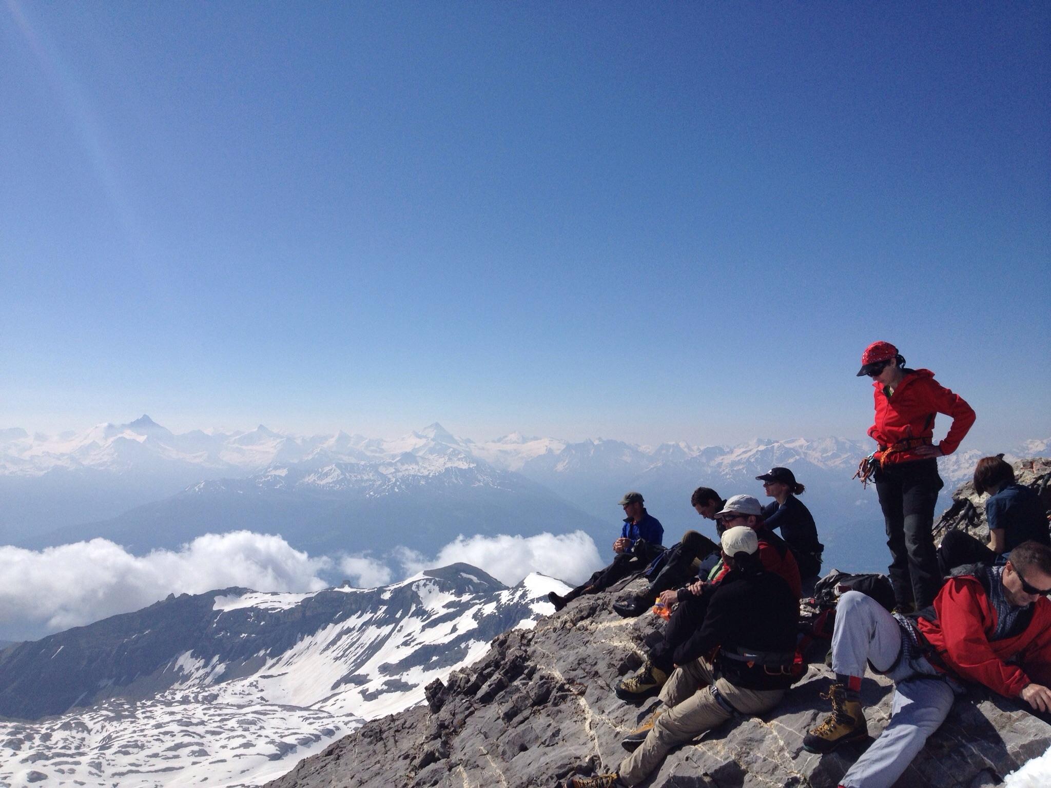 Gipfelsiesta mit Blick ins Wallis