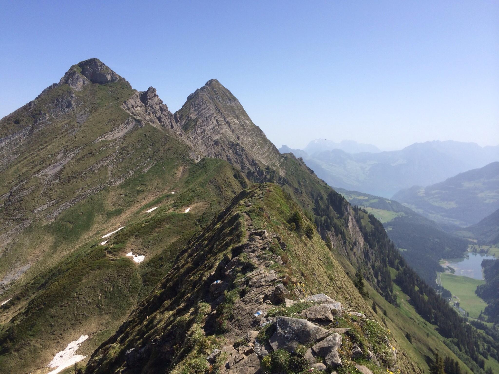 Auf dem Gratweg zum Rossalpelispitz und Brünnelistock, rechts unten der Obersee