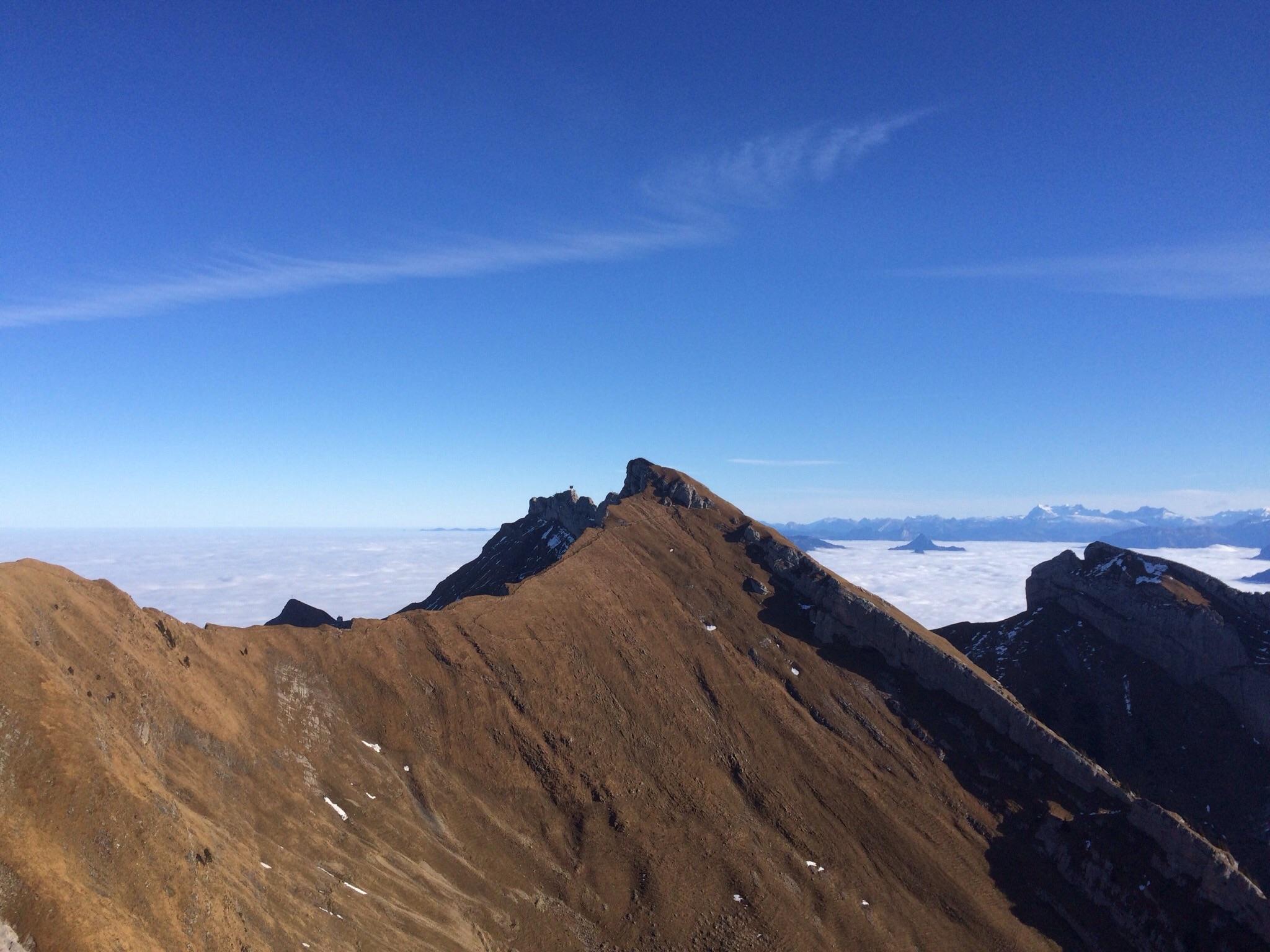 Der Gipfelblick hinüber zum Tomlishorn und zur verlassenen Bergstation