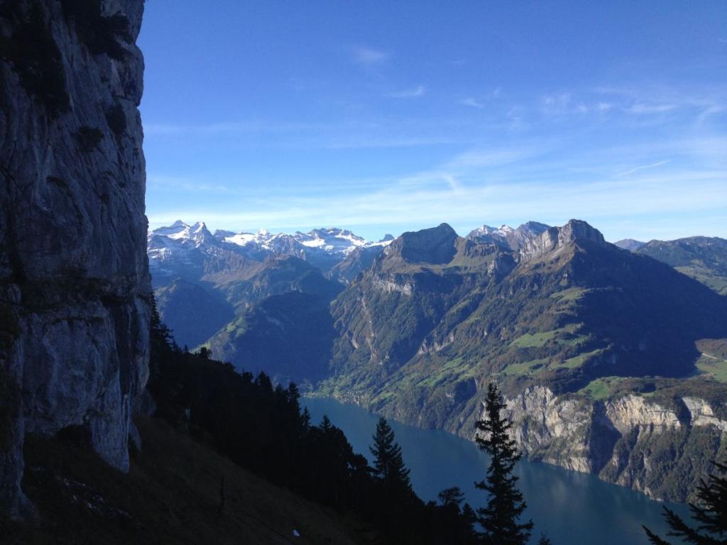 Der Urner See und sein Wächter, der Uri-Rotstock (Bildmitte)